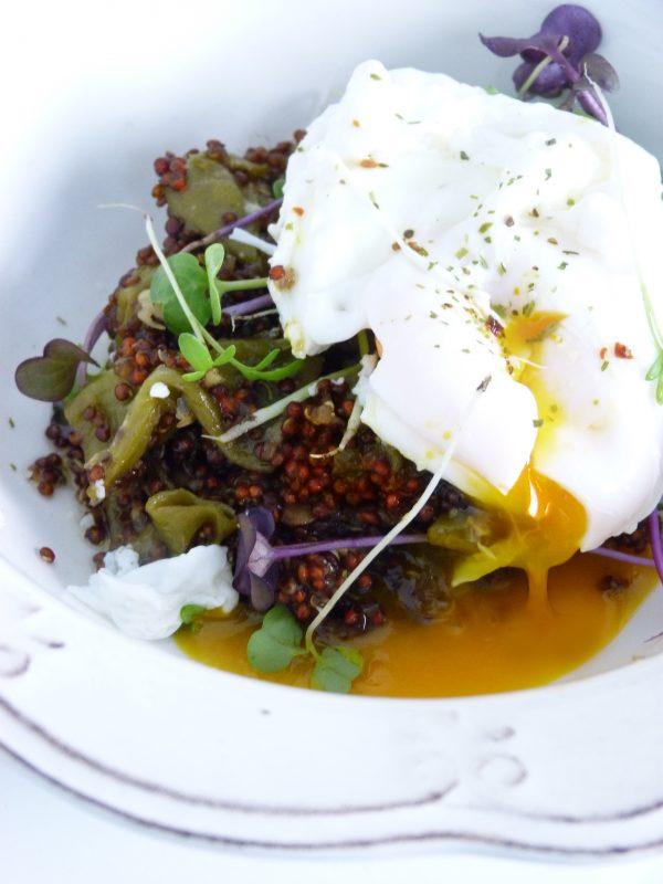 Quinoa con verduras y huevo poché