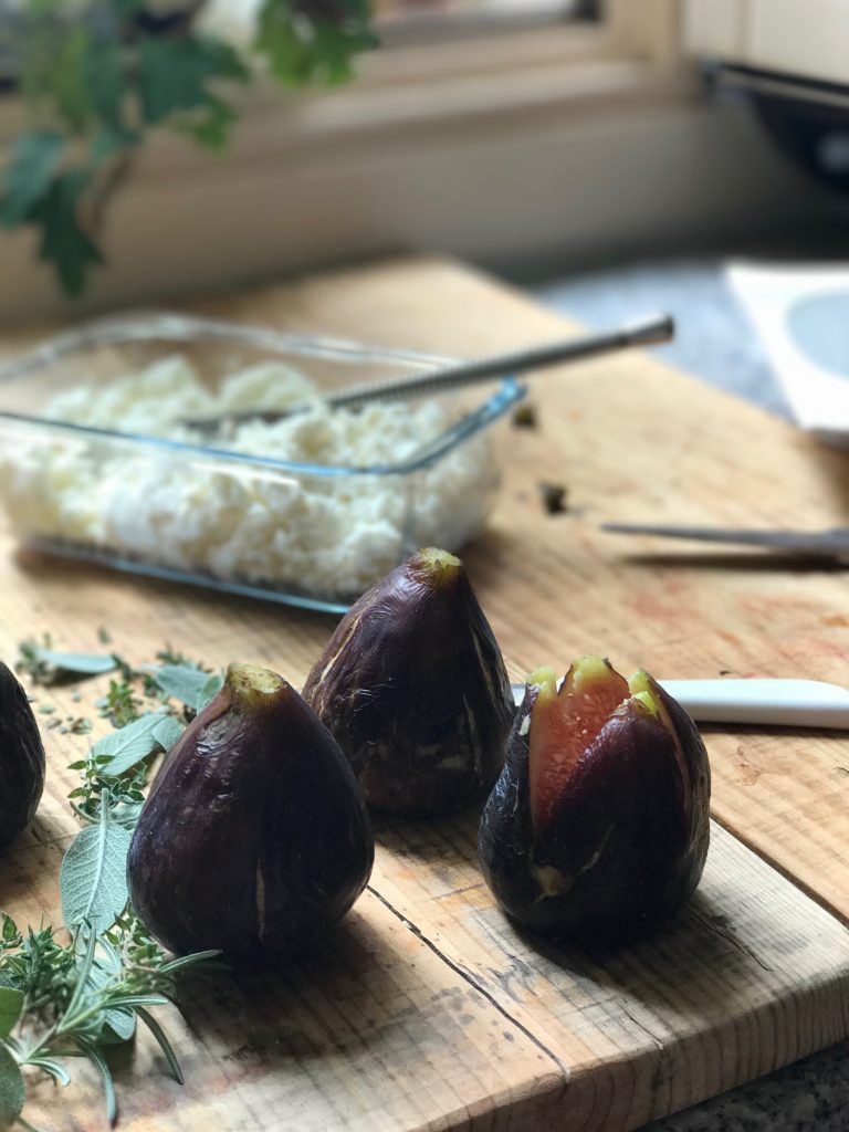 receta-de-higos-al-horno-rellenos-de-queso-nueces-miel-y-salvia
